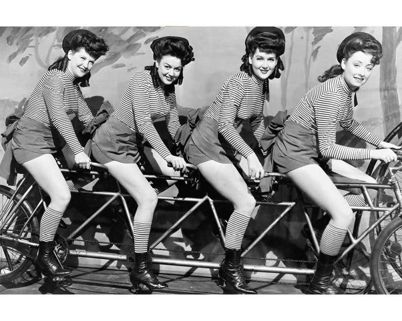 Vliesové fototapety na zeď Ženy na kole | MS-5-0260 | 375x250 cm - Fototapety vliesové