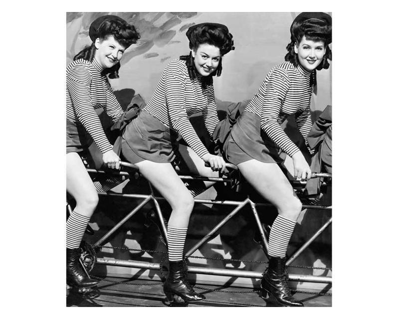 Vliesové fototapety na zeď Ženy na kole | MS-3-0260 | 225x250 cm - Fototapety vliesové